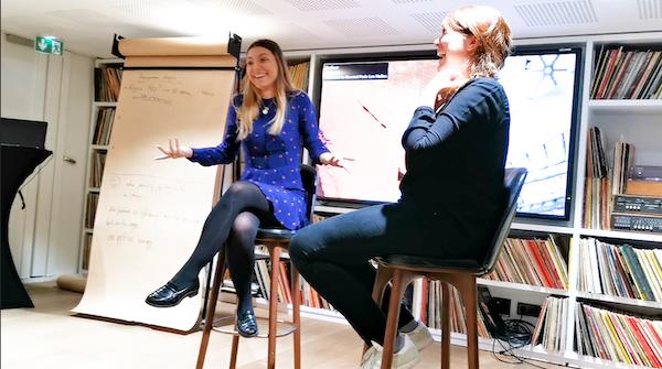 duo de femmes riant en atelier d'improvisation
